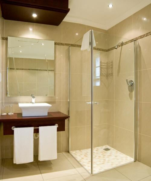 Desain Interior Kamar Mandi Mungil dengan Shower Room
