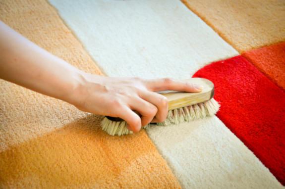 Cara menghilangkan noda karat, tinta, dan minyak pada karpet