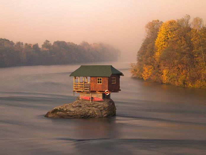 Rumah di tengah Sungai Drina Tetap Kokoh