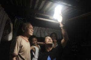 illac-dias-periksa-solar-light-di-filipina