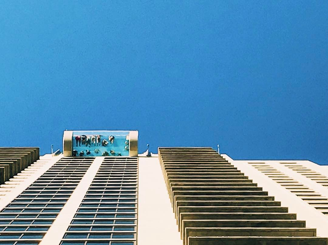 Kolam Renang Lantai Kaca di Market Square Tower Houston Cantilever