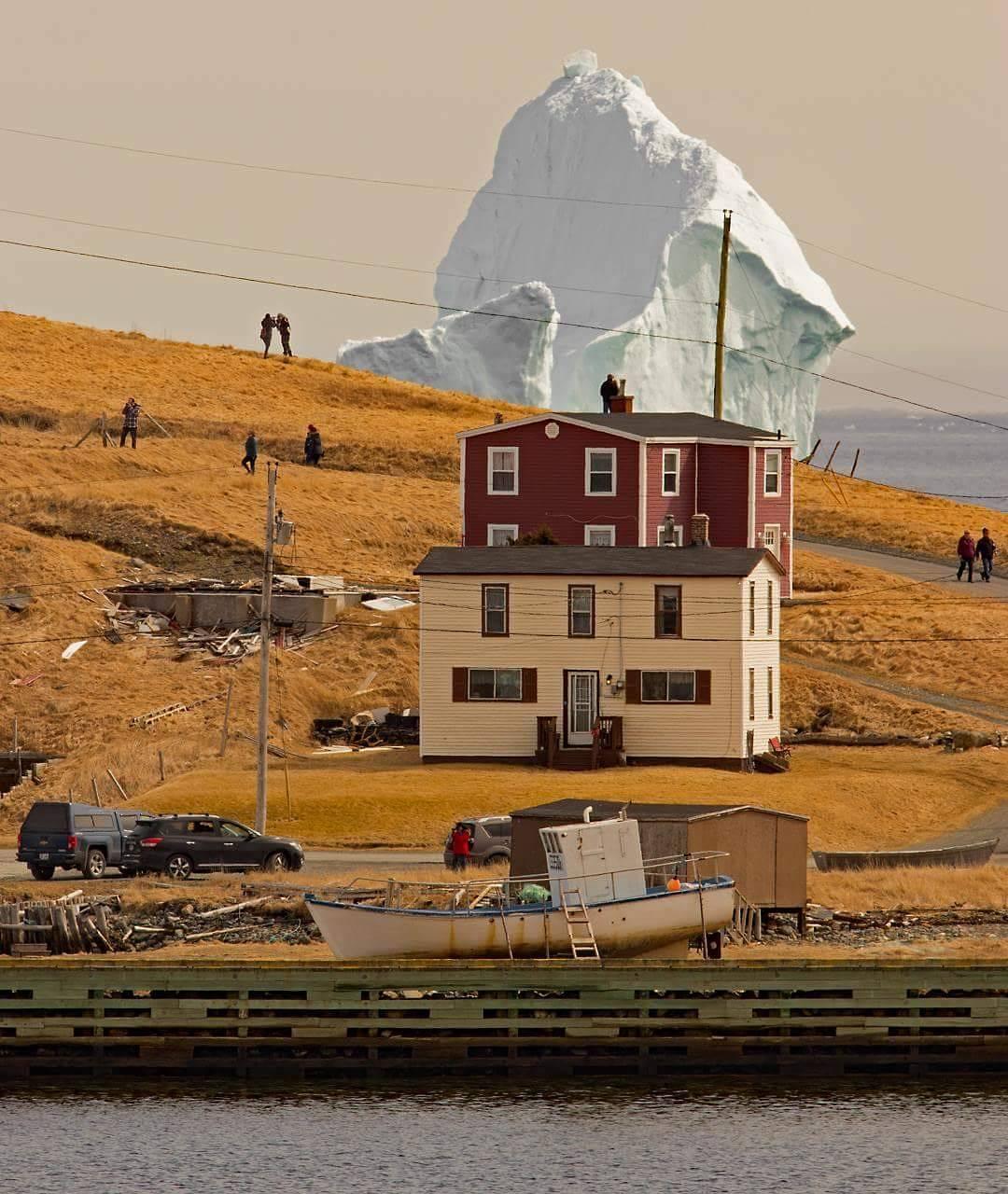 Gunung Es Setinggi 150 Kaki Mengapung di Laut Kanada Sekarang
