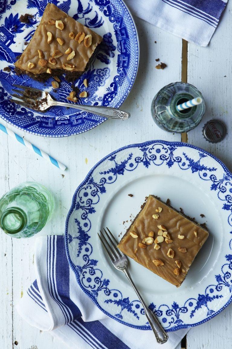 Tempatkan sepotong kue pada piring porselen berwarna biru dan putih, Elegan!!!