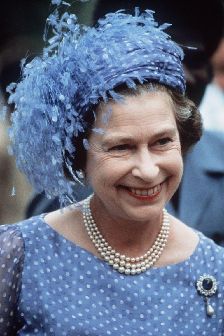 Ratu Elizabeth ll juga suka kombinasi dari warna biru dan putih