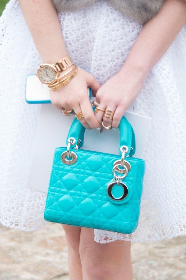 tas handbag biru yang sangat cocok dipadukan dengan rok atau celana putih untuk fashion
