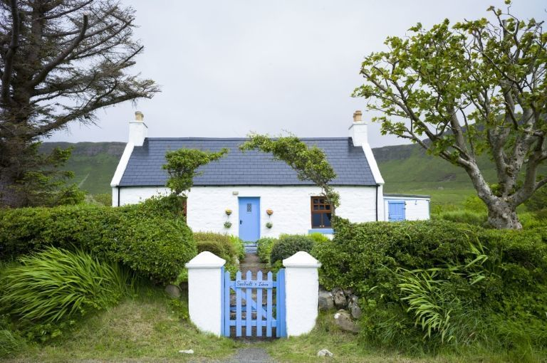 kombinasi warna biru dan putih membuat rumah negara terlihat lebih menawan