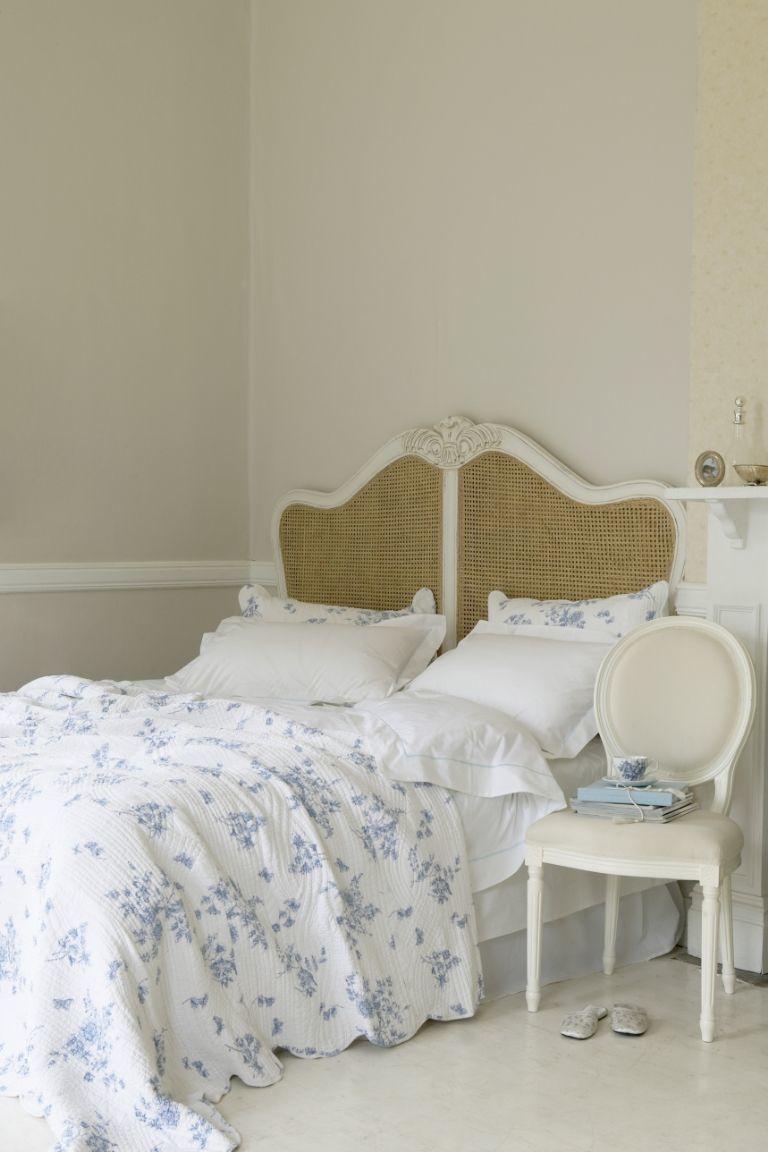 terbangun dari tempat tidur berselimut warna putih dan biru setiap paginya akan terasa bahagia