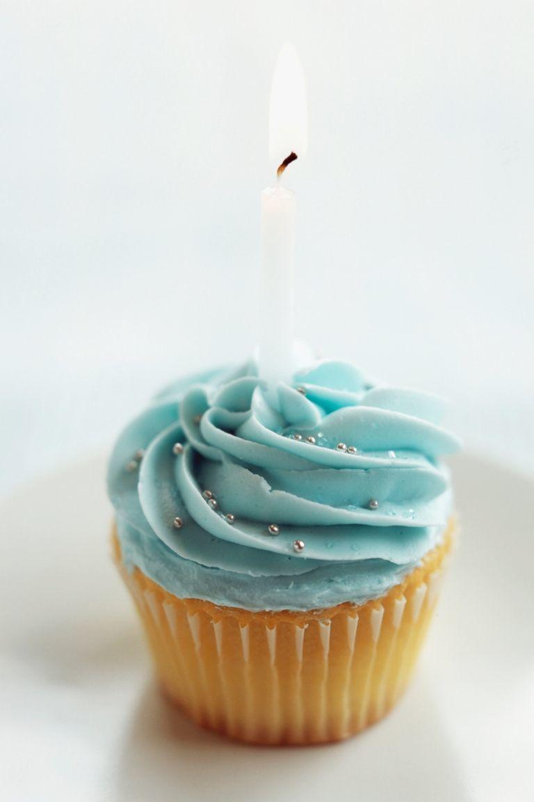 Cupcake ulang tahun biru dengan lilin putih. Wow