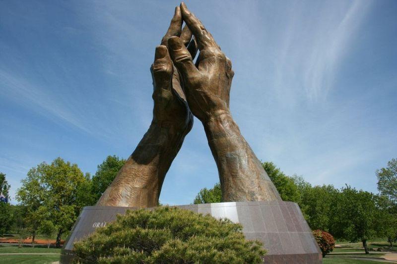 5 Patung Berbentuk Tangan Raksasa Yang Ada di Dunia