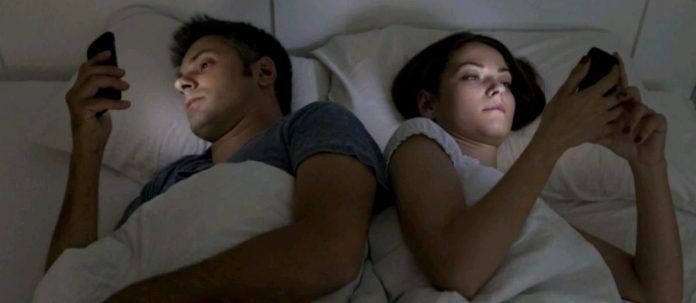 STOP! Jangan Pernah Main Ponsel Lagi Sebelum Tidur!