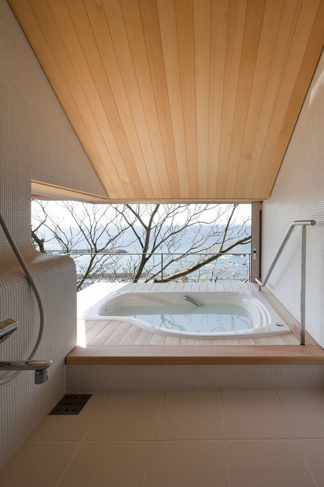 Desain Bathtub Kamar Mandi Terbuka dengan Sinar Matahari Langsung
