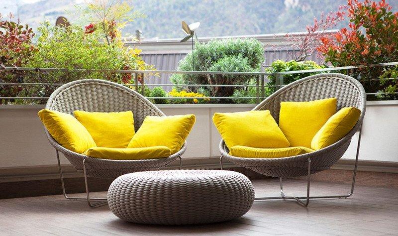 Gunakan Furnitur Yang Cerah Untuk Memperindah Desain Balkon