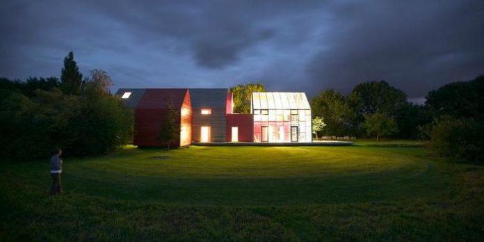 Unik! Begini Wujud Rumah Dengan Atap Geser Bak Stadion Sepak Bola